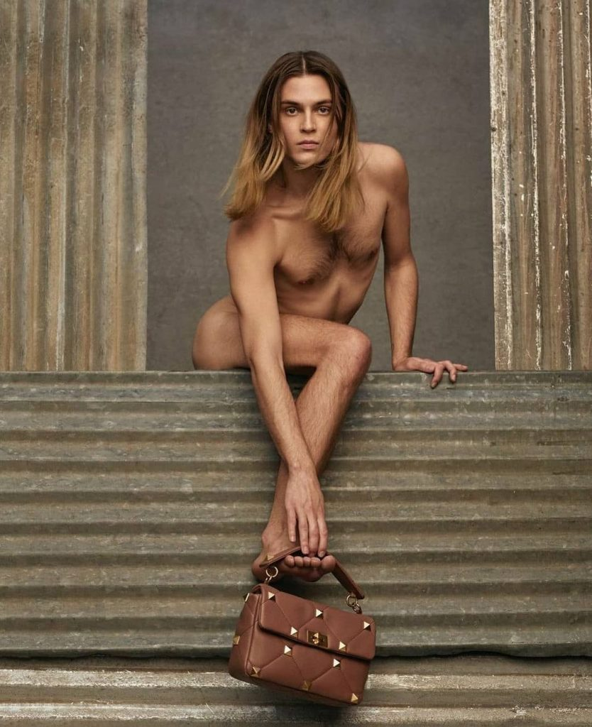 Кампания Valentino Collezione Milano в социальной сети instagram не оставила равнодушными пользователей. Поклонники бренда бурно отреагировали на кампейн с моделью и фотографом Майклом Бэйли-Гейтсом: одни не скрывают восхищения, другие отреагировали негативно.