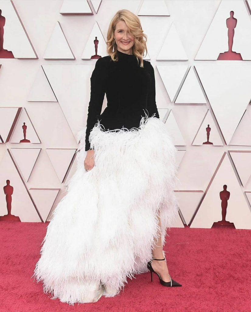 Лора Дерн в Oscar de la Renta на 93-ей церемонии премии «Оскар» 2021 года: лучшие наряды красной дорожки