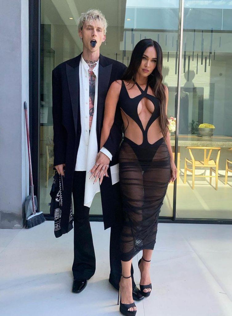 Меган Фокс на Billboard Music Awards 2021 вместе с бойфрендом музыкантом Колсоном Бейкером в платье Mugler.