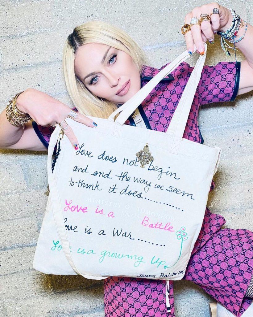 Певица Мадонна украсила сумку цитатами о любви в поддержку Art For Education, где вырученные средства направятся в детский центр Chema Vision в Найроби в Кении.