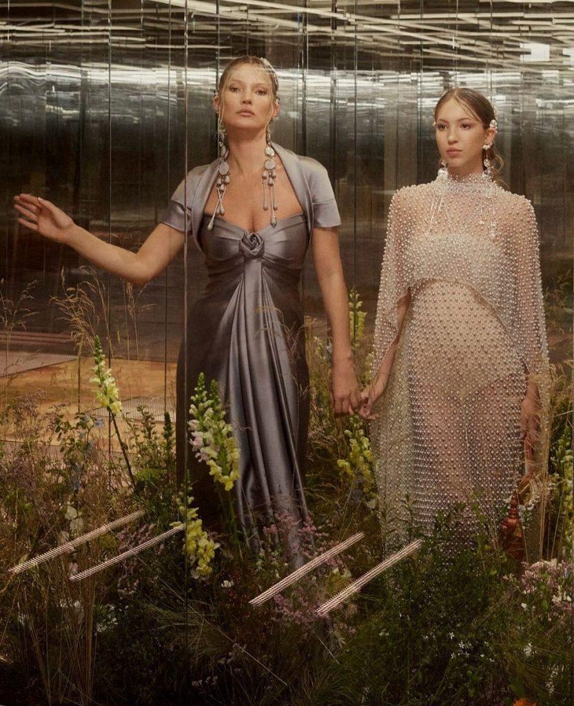 Показ Fendi Couture SS 2021 в рамках Paris Couture Week. В показе приняли участие известные модели, а также дебютантки, как например Кейт Мосс с дочерью и начинающей моделью Лилой Мосс.