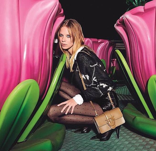 Модель Лекси Болинг в кампании Pinko в роли Алисы из Страны чудес